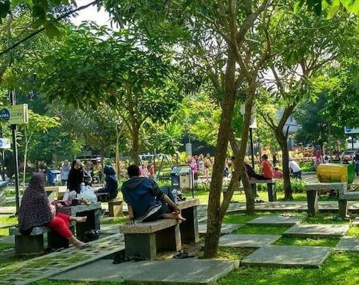 bersantai di taman kota