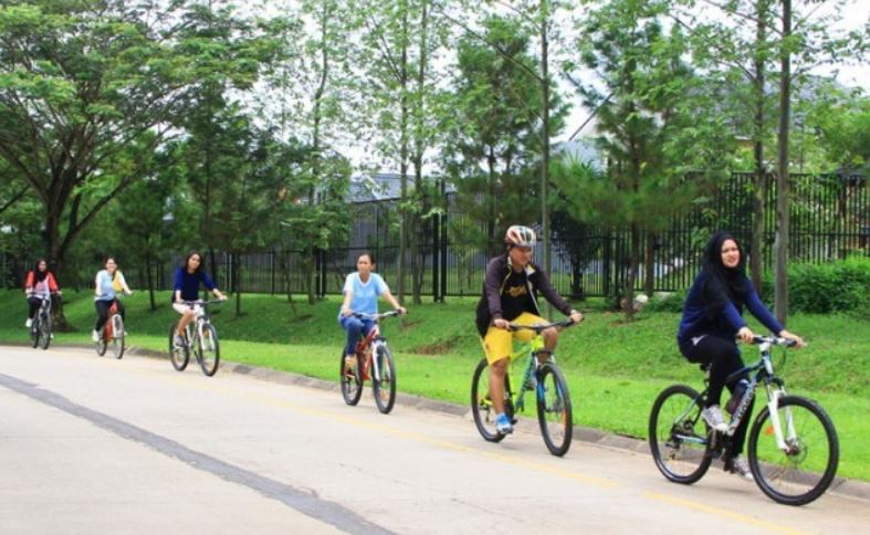 bersepeda menyusuri kota