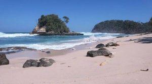 pantai jonggring saloko
